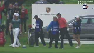 Golfista perfekcyjnie trafia do dołka i wygrywa Porsche