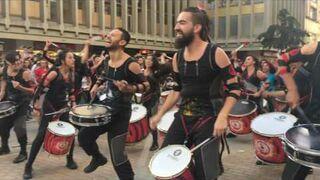 150 bębniarzy oddaje koncert na ulicy. Tambores - AAINJAA