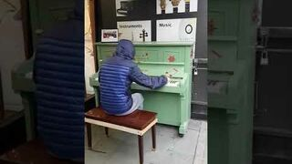 Utalentowany pianista przed sklepem muzycznym w Manczesterze