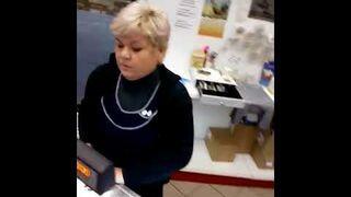 Zobacz jak oszukują na warzeniu w rosyjskim supermarkecie