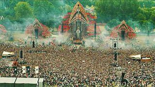Masa ludzi podskakuje jednocześnie na festiwalu Defqon. 1