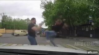 Agresywny kierowca dostał od dziewczyny z półobrotu