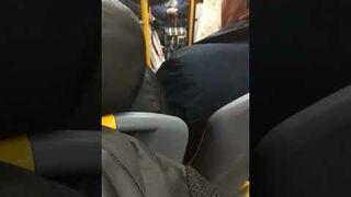 Według tej Pani nie wypada rozmawiać w autobusie przez telefon