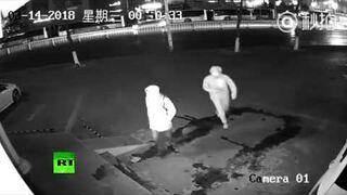 Dwóch włamywaczy z Szanghaju i niefortunny wypadek z cegłą
