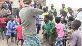 Dzieci w Afryce po raz pierwszy słyszą grę na skrzypcach