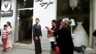 Kobieta rzuca dzieckiem w mężczyznę na ulicy