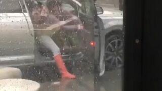 Tak wiało, że kobieta nie mogła zamknąć drzwi w samochodzie