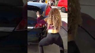Seksowny taniec podczas tankowania na stacji