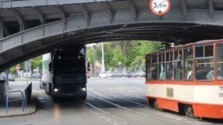 Chciał przejechać ciężarówką pod wiaduktem kolejowym i utknął.  Gdańsk ul. Hallera