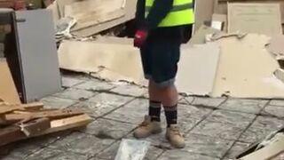 Majster na budowie pokazuje, jak się zakłada kask