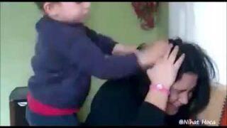 Dzieciak ciągnie matkę za włosy i uderza w twarz