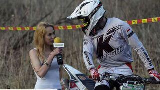 Blondynka przeprowadza reportaże na zawodach motocross'owych