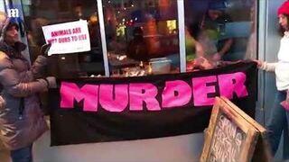 Właściciel restauracji wykłada stek przed protestem wegan
