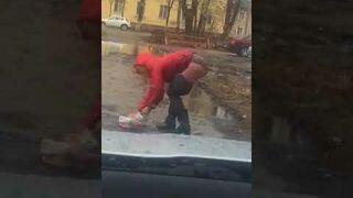Pijanej dziewczynie pękły spodnie gdy się schyliła, kierowca samochodu był bezlitosny i wszystko nagrał