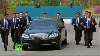 Ochroniarze Kim Dzong Una biegną przy samochodzie