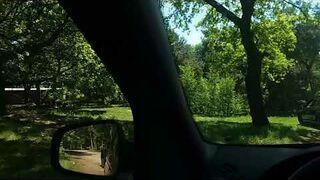 Wysiedli z samochodu w parku safari