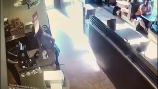 Kobieta zrobiła klocka na środku kawiarni, a później rzuciła nim w sprzedawce