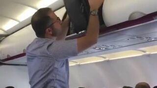 Pakowanie bagażu do schowka w samolocie