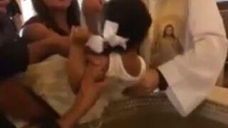 Dziewczynka przeklina podczas chrztu