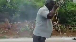 Ekspert od odpalania fajerwerków z ręki papierosem