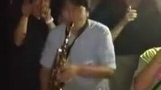 Przypadkowy gościu z saksofonem na dyskotece