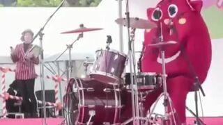 Szalony perkusista na występie dla dzieci
