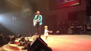 Maluch wyszedł na scenę, żeby przytulić tatę, jednak to co zrobił później...