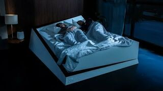 Sprytne łóżko przesunie samolubnego śpiocha na jego miejsce