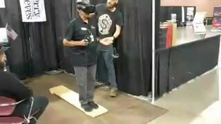 Dziadek skacze ze spadochronem na VR