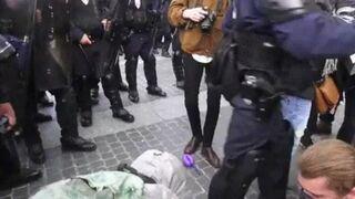 Brutalny atak policjanta na protestującą