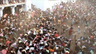 Hindusi obrzucają się krowimi plackami