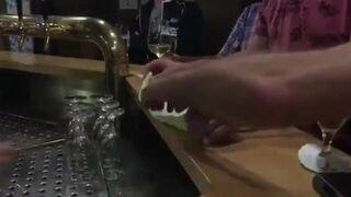 Sztuczka ze ściereczką w barze