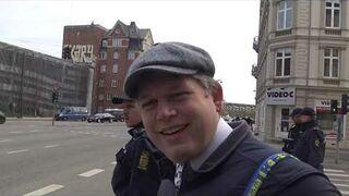 Duńczyk publicznie w asyście policji rzuca Koranem