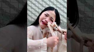Chciała zjeść żywą ośmiornicę, ale ta nie pozostała jej dłużna
