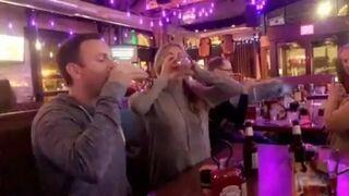 Piwny pojedynek z blondynką