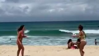 Panie odbijają sobie piłkę na plaży