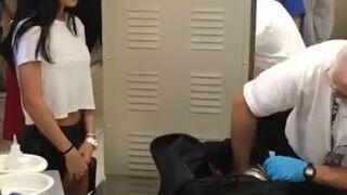 Chłopak spakował jej bagaż. Dziewczyna zażenowana podczas kontroli na lotnisku