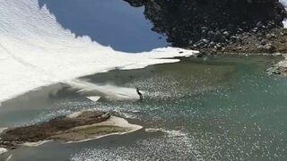 Zjazd na nartach przez wodę i