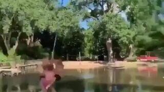 Chłopaki bawią się na huśtawce nad wodą