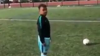 Obiecał dzieciakowi PlayStation jak trafi trzy razy piłką w poprzeczkę