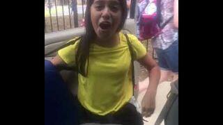 Brat robi siarę swojej siostrze odbierając ją ze szkoły