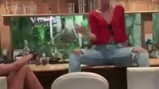 Popis blondynki na barze