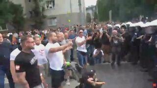 Ojciec swoim dzieckiem w wózku blokuje Marsz Równości w Białymstoku