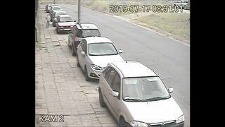 Kobieta porysowała wszystkie samochody zaparkowane przy drodze na chodniku