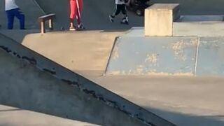 Kobieta na wózku inwalidzkim w skate park