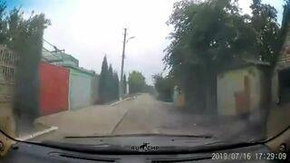Starsza kobieta wyjeżdża z zakrętu wprost pod samochód