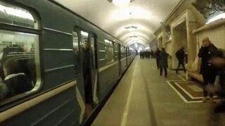 Chciał wskoczyć do pociągu w metrze