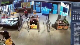 Wyjechała ze sklepu wózkiem pełnym zakupów nie płacąc