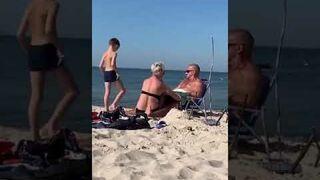 Zabawa rodziców na plaży