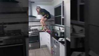 Dziewczyna uwięziona w kuchni przez pająka